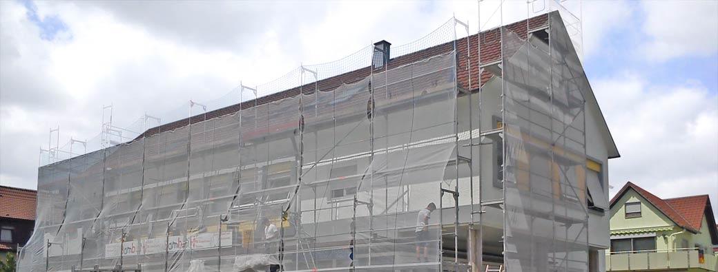 Schutzgerüst mit Dachdeckerschutz, Passantenschutznetzen und Fußgängertunnel